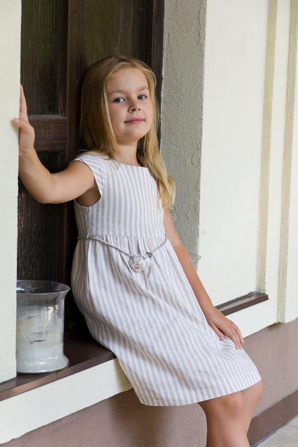 Download Muchacha linda cinco años foto de archivo. Imagen de caucásico - 42445448