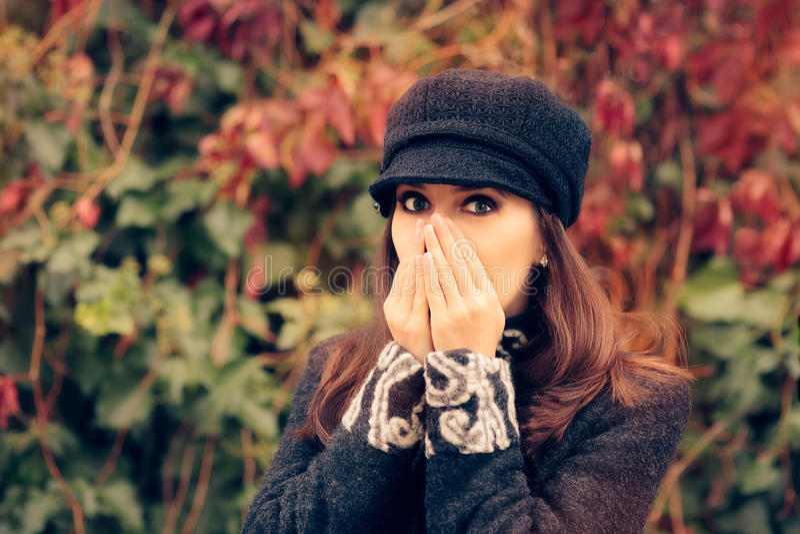 Muchacha linda con Autumn Allergies Sneezing imágenes de archivo libres de regalías