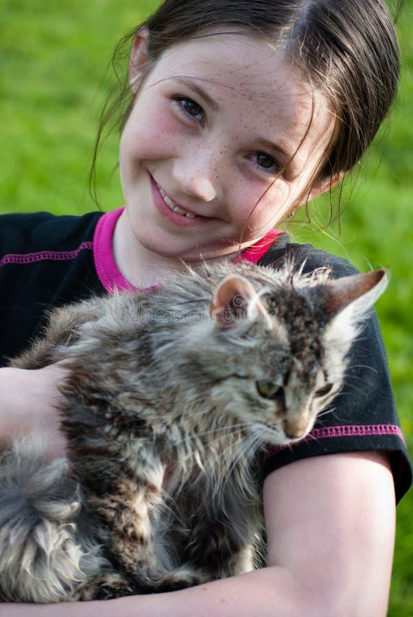 Muchacha linda con el gatito fotos de archivo