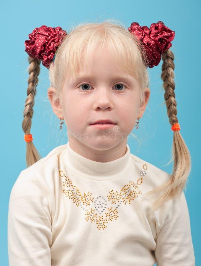 Muchacha linda con el pelo rubio en coletas imagen de archivo