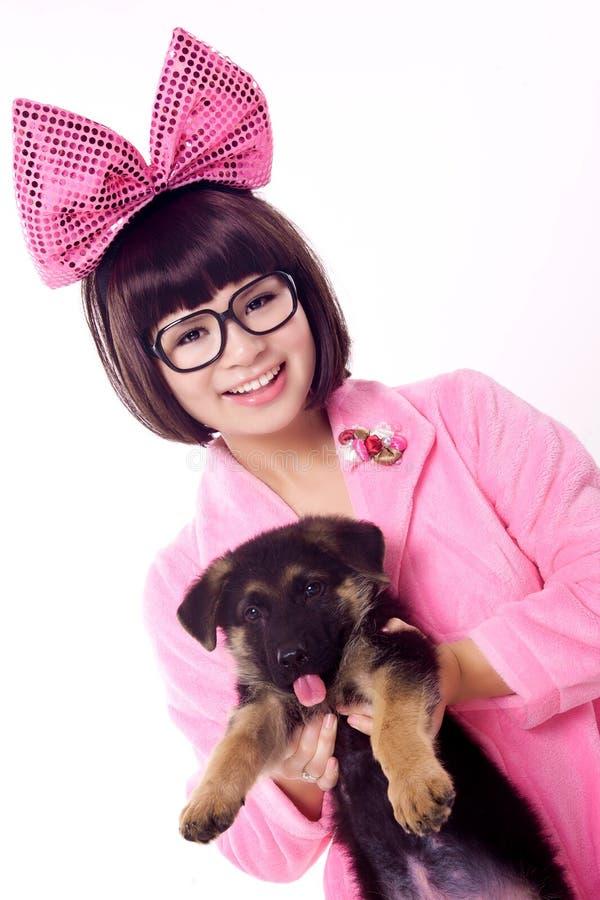 Muchacha linda con el perro del bebé fotos de archivo