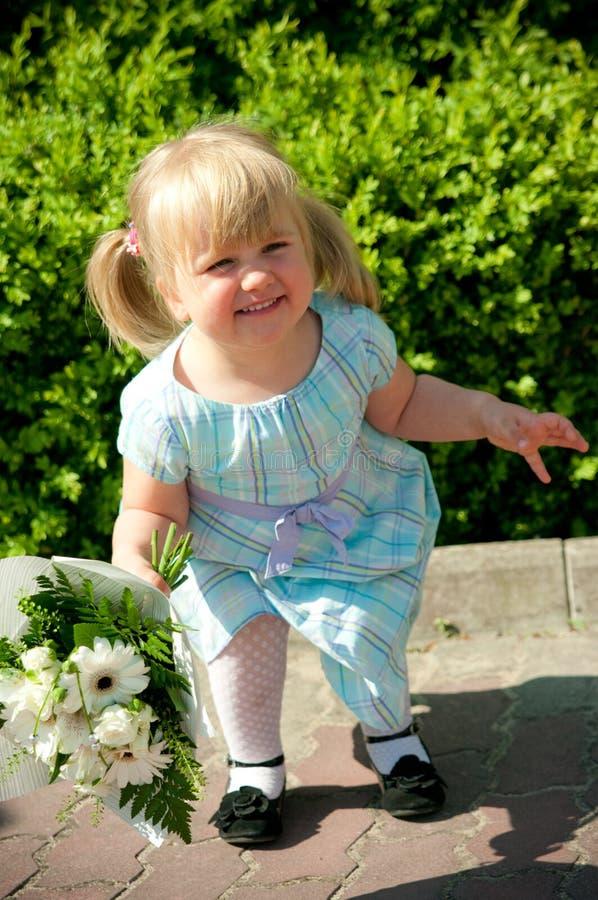Muchacha linda con el ramo de la flor fotos de archivo