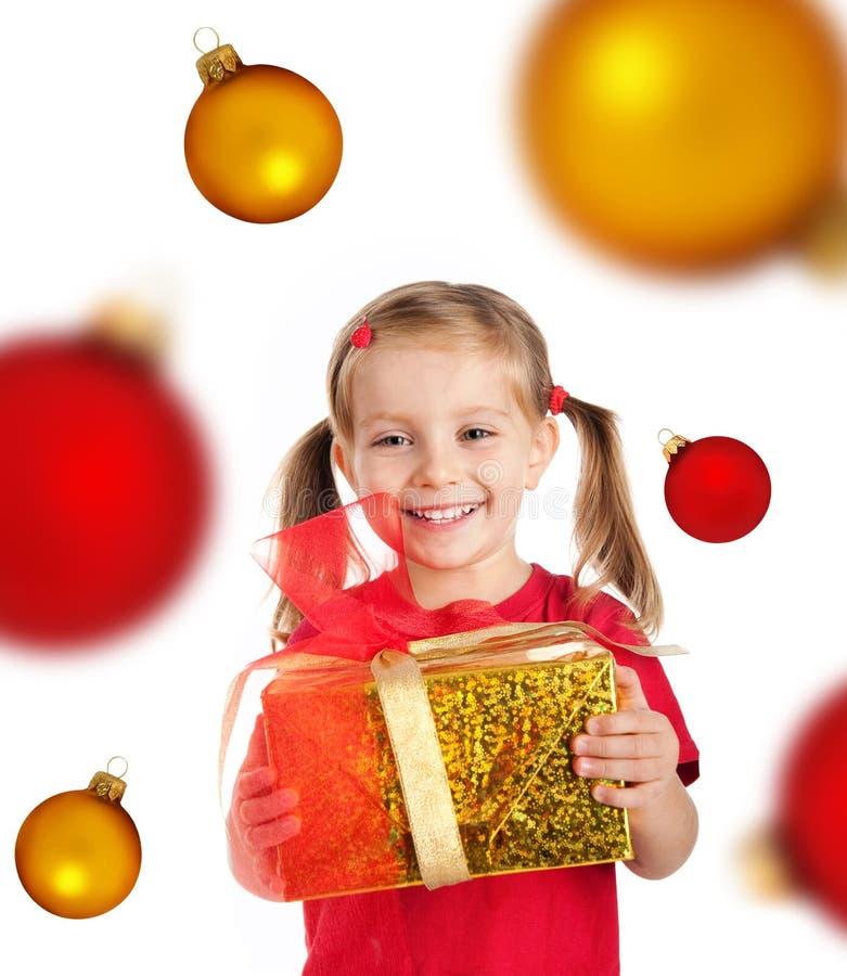 Muchacha linda con el regalo y las esferas de Navidad foto de archivo libre de regalías