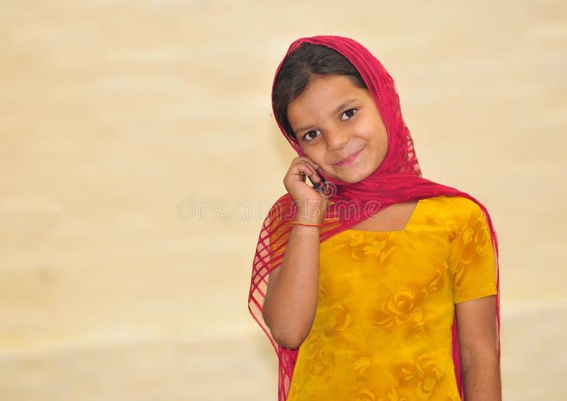 Muchacha linda con el teléfono foto de archivo libre de regalías