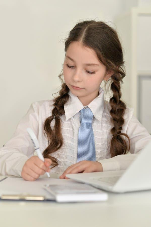 Muchacha linda con la computadora portátil foto de archivo libre de regalías