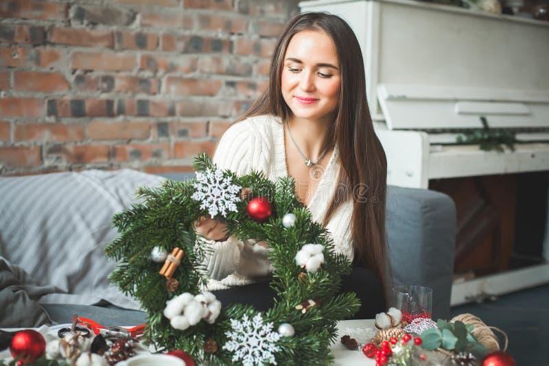 Muchacha linda con las decoraciones de la Navidad en casa imagen de archivo