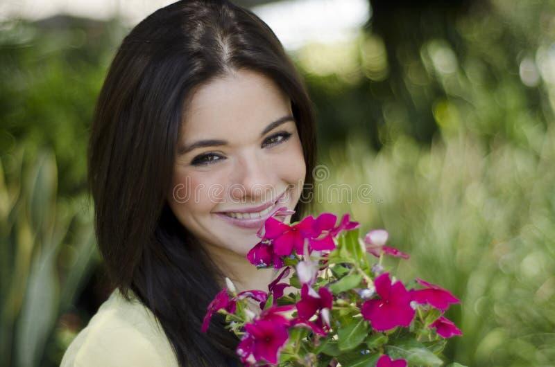 Muchacha linda con las flores fotos de archivo