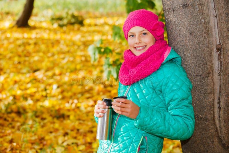 Muchacha linda con las hojas de otoño foto de archivo