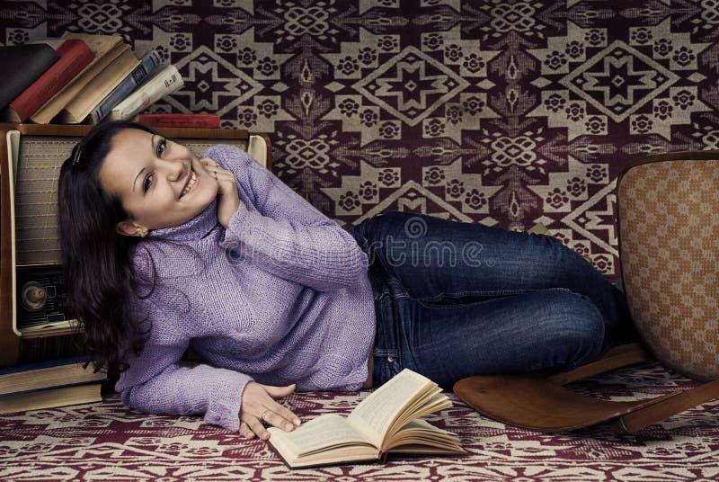 Muchacha linda con los libros fotos de archivo libres de regalías