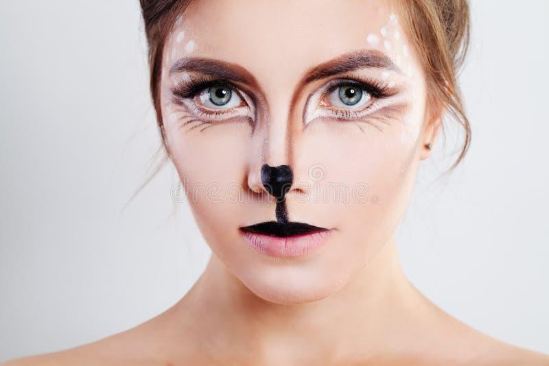 Muchacha linda con maquillaje del animal del reno Primer de la cara foto de archivo