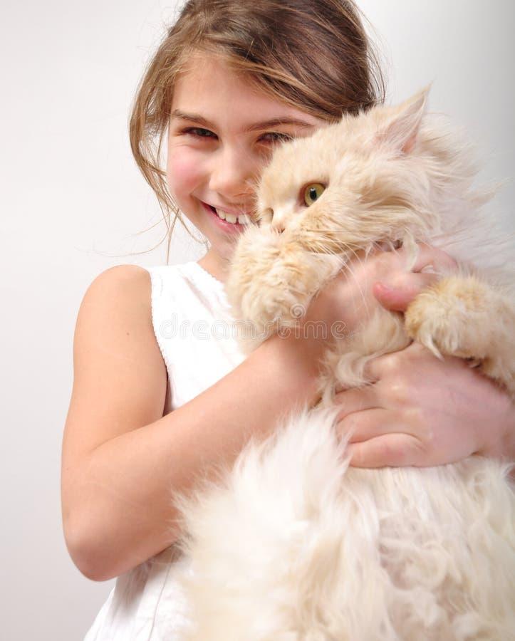 Muchacha linda con un gato imágenes de archivo libres de regalías
