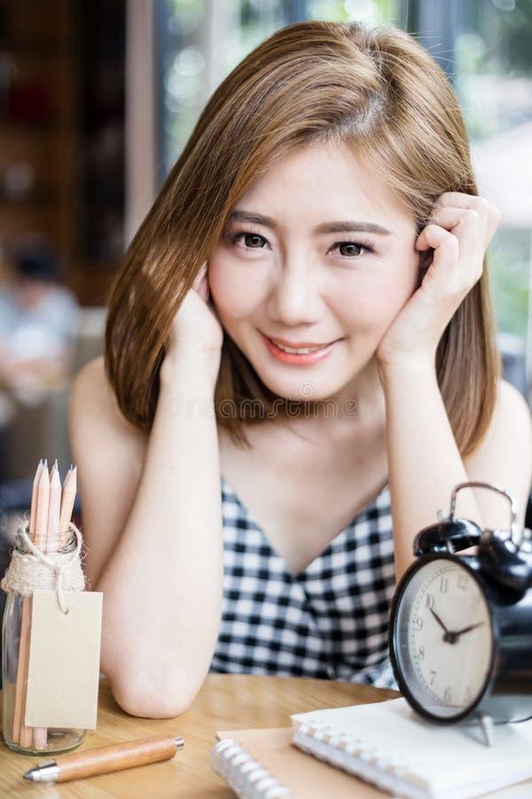 Muchacha linda de Asia que sonríe en café imágenes de archivo libres de regalías