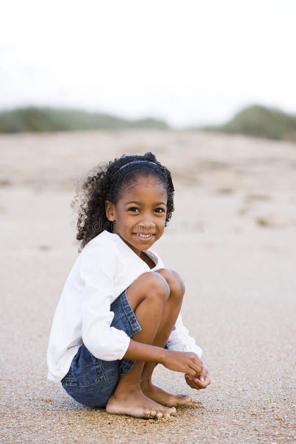 Muchacha linda del African-American de seis años en la arena fotografía de archivo libre de regalías