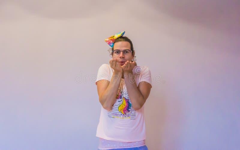 Muchacha linda del transexual de LGBT que hace un gesto del beso del soplo fotos de archivo libres de regalías