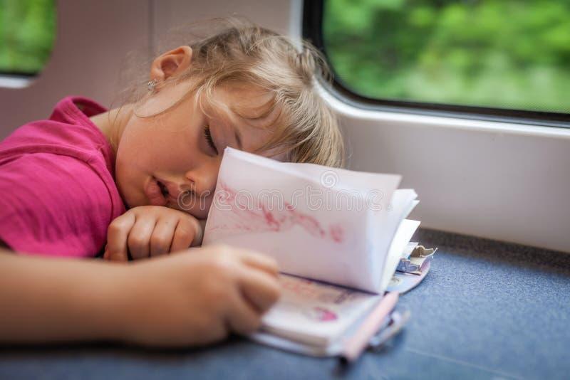 Muchacha linda dormida en un tren fotos de archivo