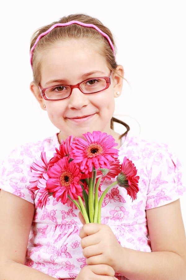 Muchacha linda en color de rosa con las flores foto de archivo libre de regalías