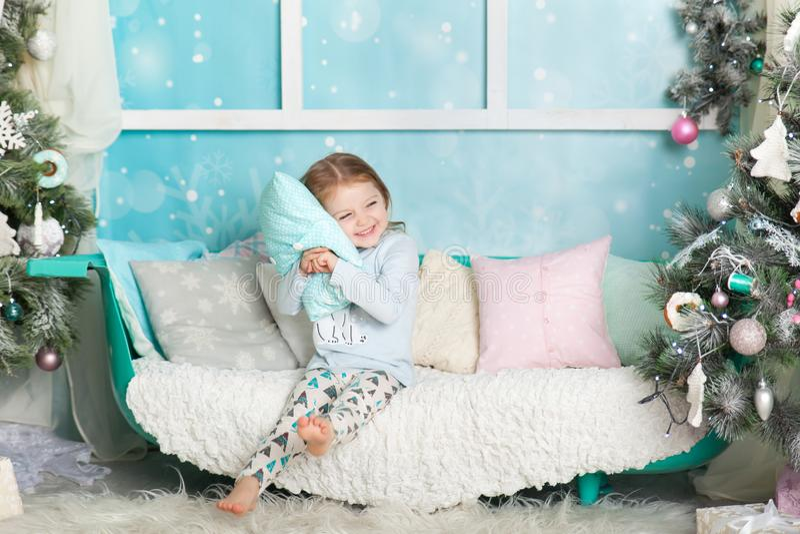 Muchacha linda en decoraciones de una Navidad imagen de archivo