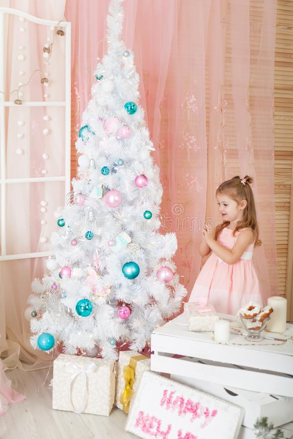 Muchacha linda en decoraciones de una Navidad fotos de archivo