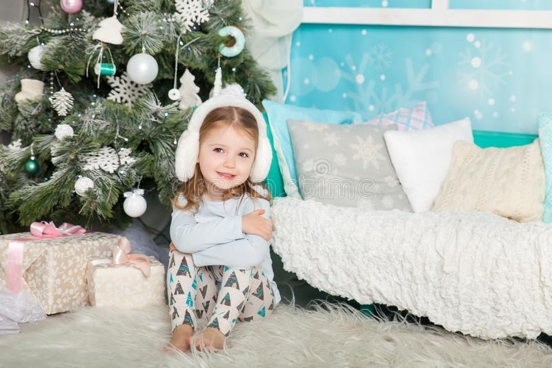 Muchacha linda en decoraciones de una Navidad imagenes de archivo