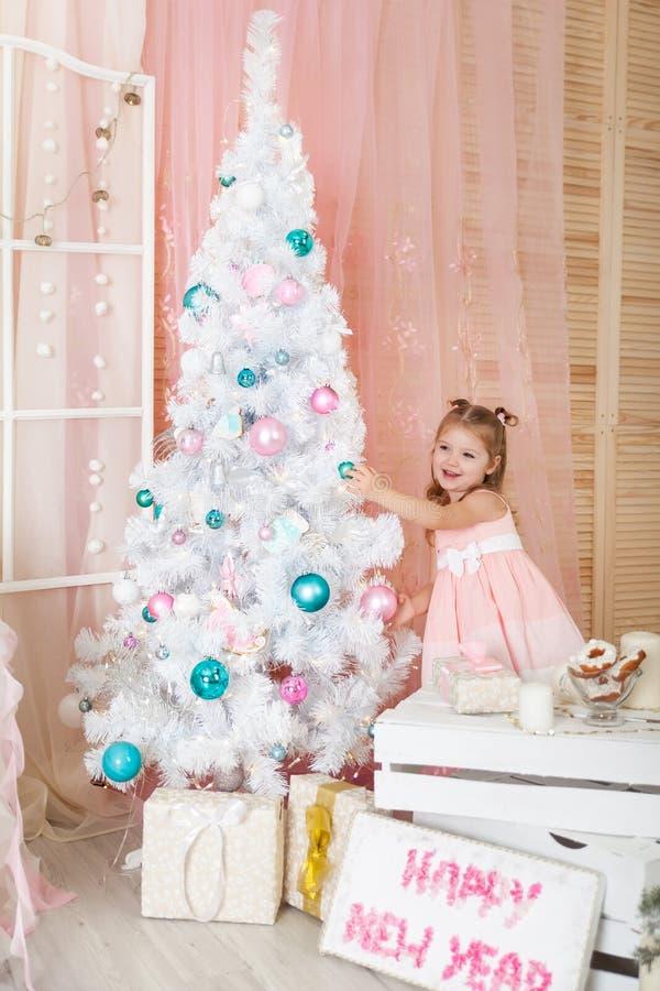 Muchacha linda en decoraciones de una Navidad fotos de archivo libres de regalías