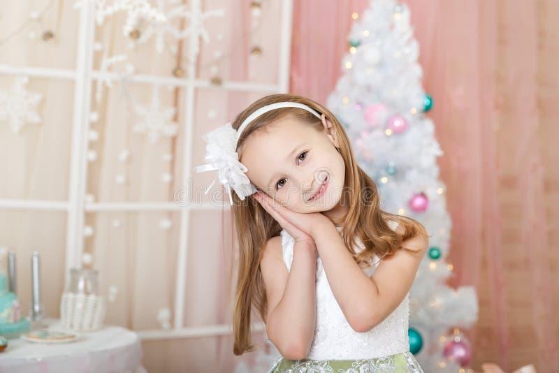Muchacha linda en decoraciones de una Navidad imágenes de archivo libres de regalías