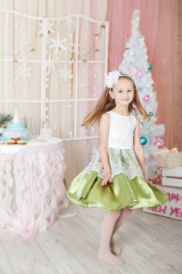 Muchacha linda en decoraciones de una Navidad foto de archivo libre de regalías