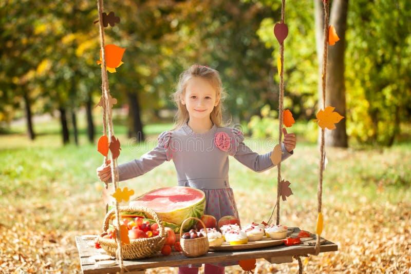 Muchacha linda en el parque del otoño imagen de archivo libre de regalías