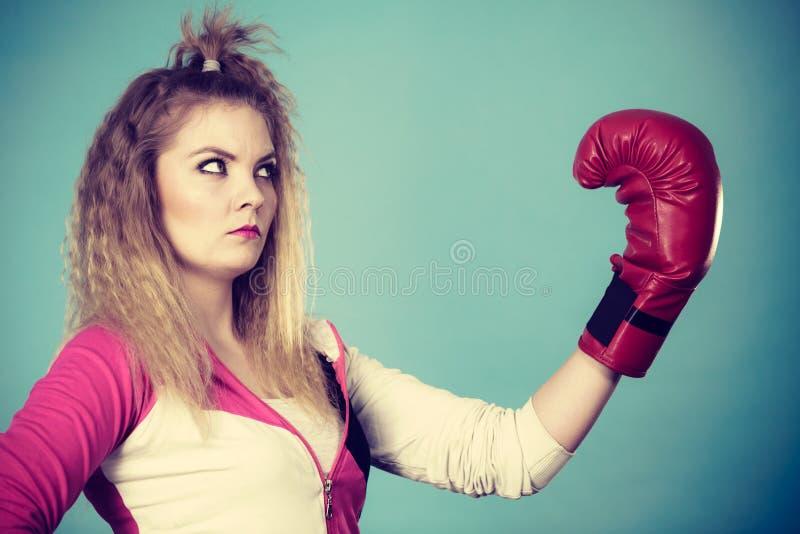 Muchacha linda en los guantes rojos que juegan el encajonamiento de los deportes fotografía de archivo