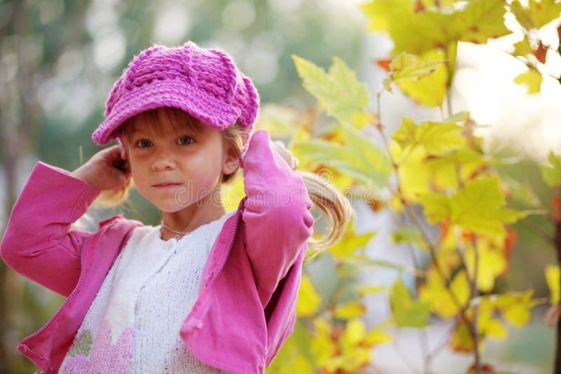 Muchacha linda en parque del otoño imagenes de archivo