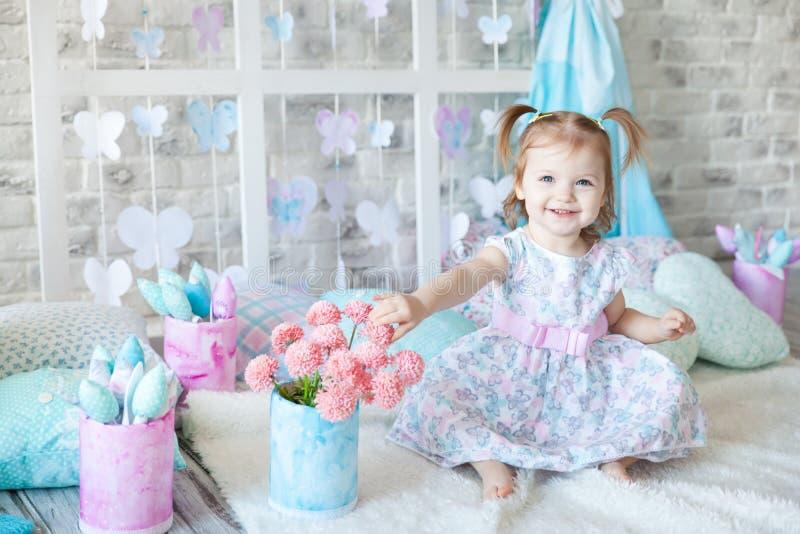Muchacha linda en un estudio de la primavera fotografía de archivo