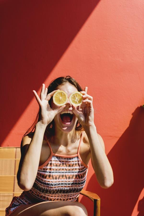 Muchacha linda feliz con las naranjas imagenes de archivo