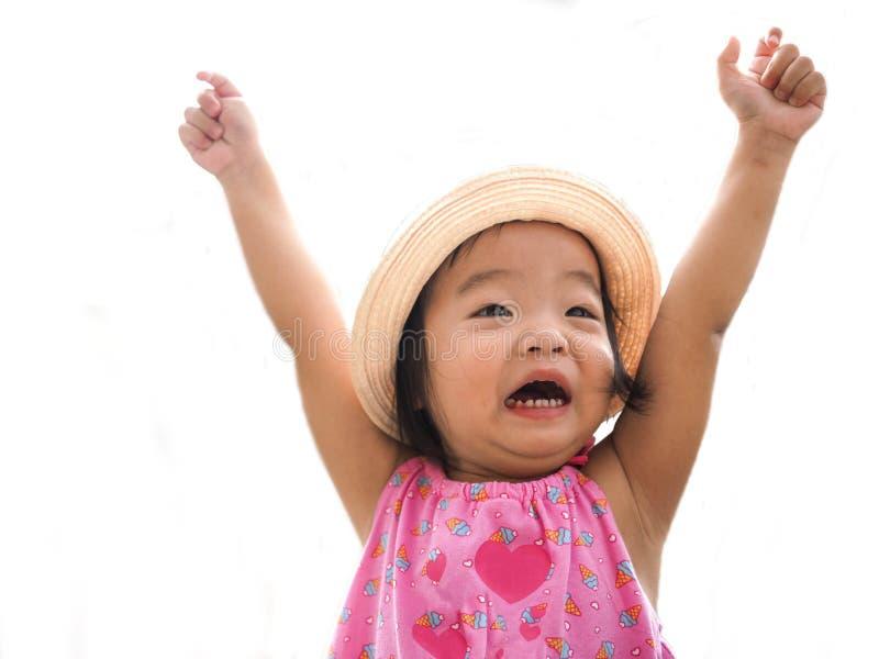 Muchacha linda joven feliz que grita con sus manos para arriba aisladas en el fondo blanco imagenes de archivo