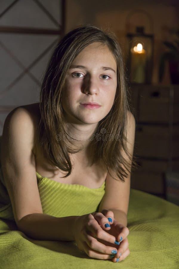 Muchacha linda joven que se relaja en la terapia del masaje imagen de archivo