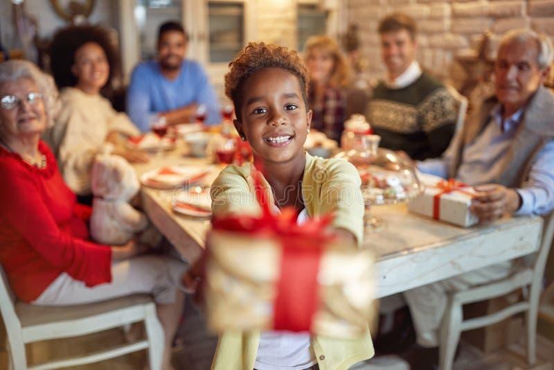 Muchacha linda que da el presente de Navidad fotografía de archivo libre de regalías