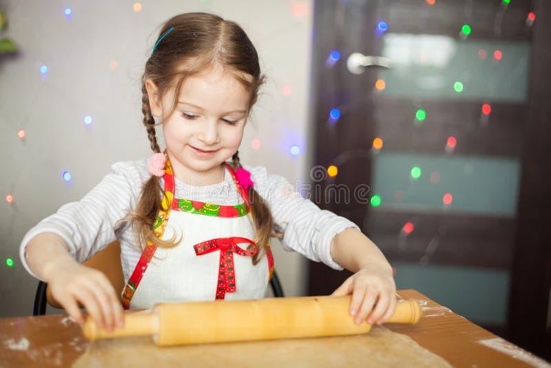 Muchacha linda que hace la pasta para las galletas foto de archivo libre de regalías