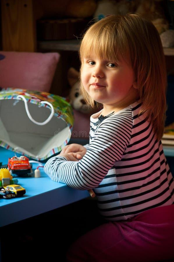 Muchacha linda que juega con los juguetes fotografía de archivo libre de regalías