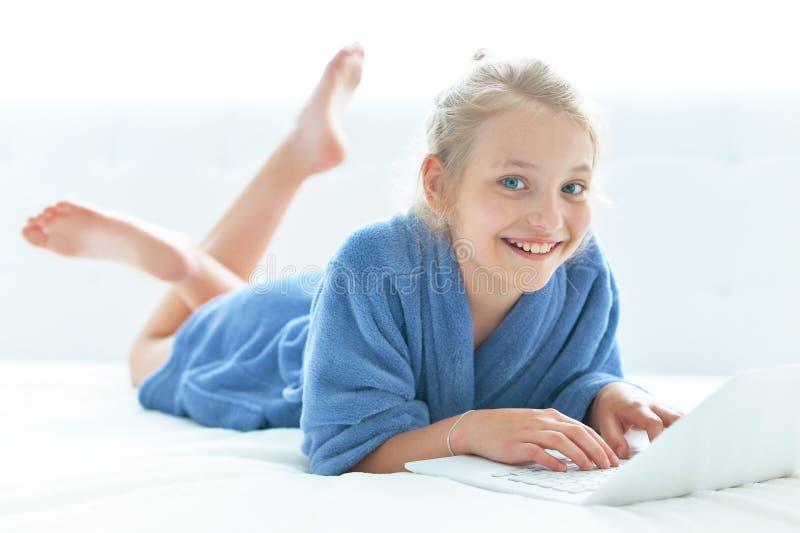 Muchacha linda que lleva la albornoz azul fotografía de archivo libre de regalías