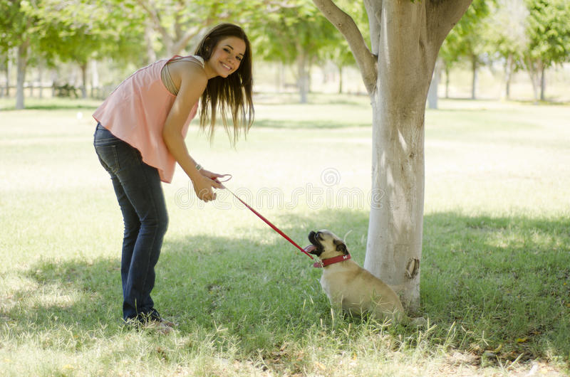 Muchacha linda que se divierte con su perro imagenes de archivo