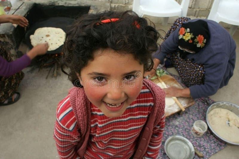 Muchacha linda que sonríe mientras que espera   imagenes de archivo
