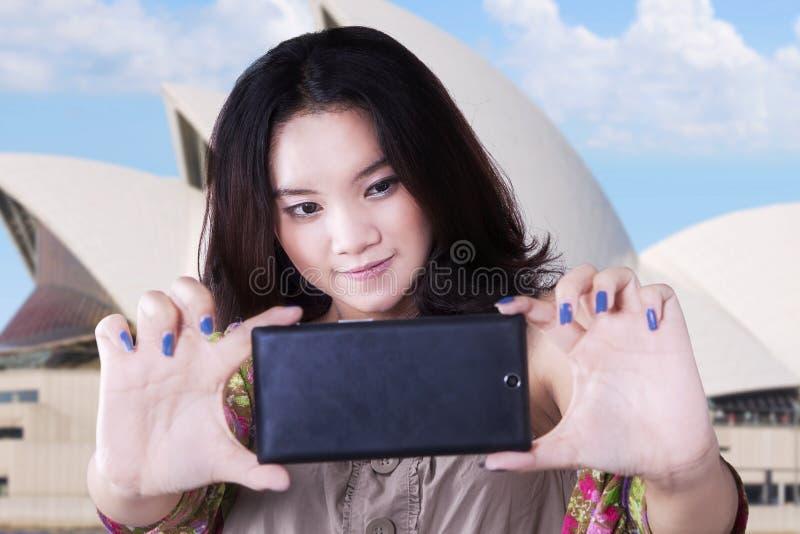 Muchacha linda que toma un selfie en Sydney fotografía de archivo libre de regalías