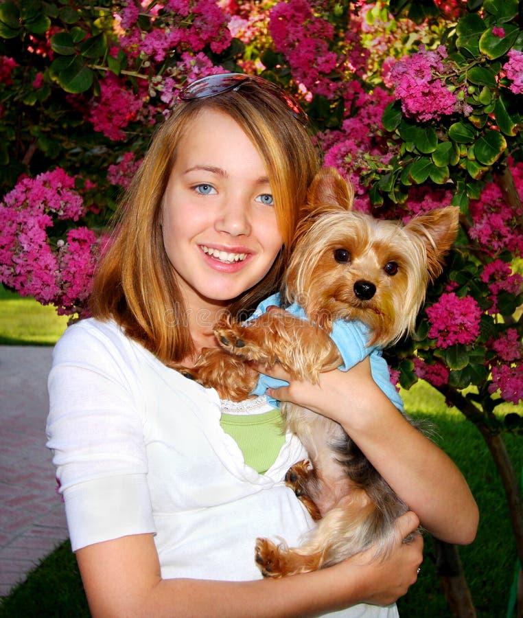 Muchacha linda y pequeño perro imagen de archivo