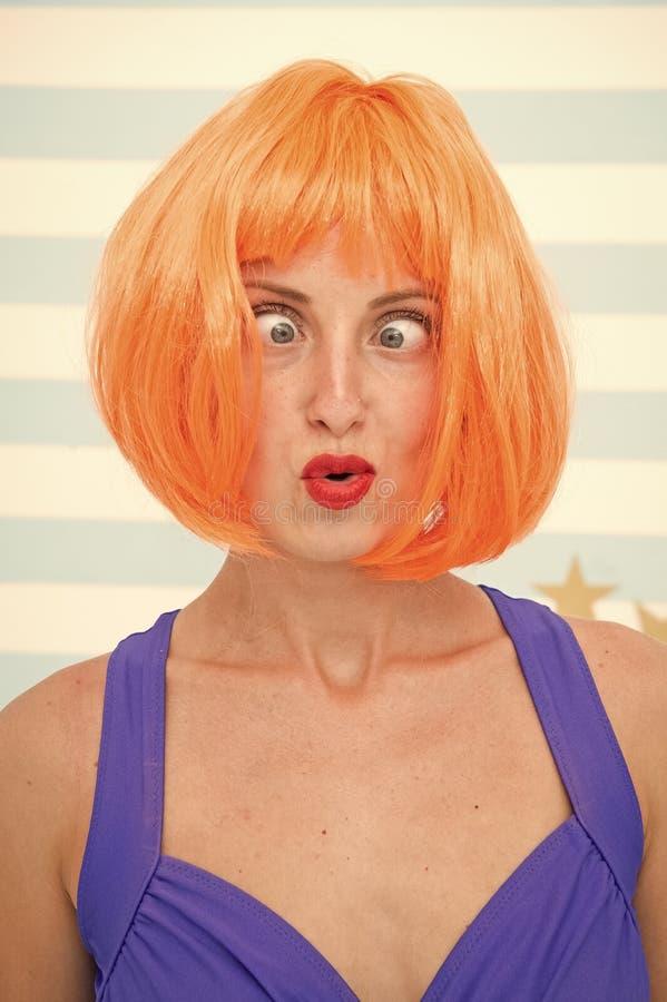 Muchacha loca con el pelo anaranjado emociones locas en la cara de la muchacha Concepto de las sensaciones y de las emociones ojo imagen de archivo