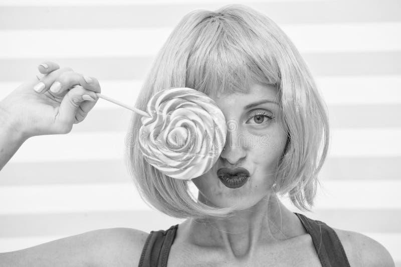 Muchacha loca que se sostiene y que juega con la piruleta Concepto de dieta dieta de la piruleta piruleta loca del dulce del amor foto de archivo libre de regalías