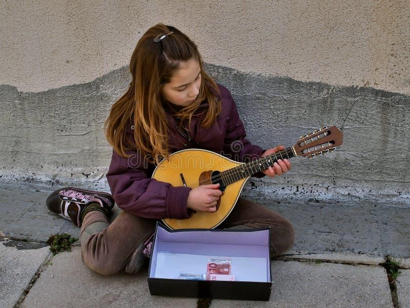 Muchacha - músico de la calle fotografía de archivo libre de regalías