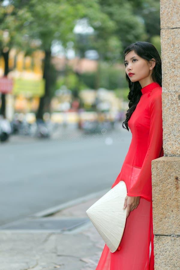Muchacha magnífica en ropa vietnamita tradicional fotos de archivo libres de regalías