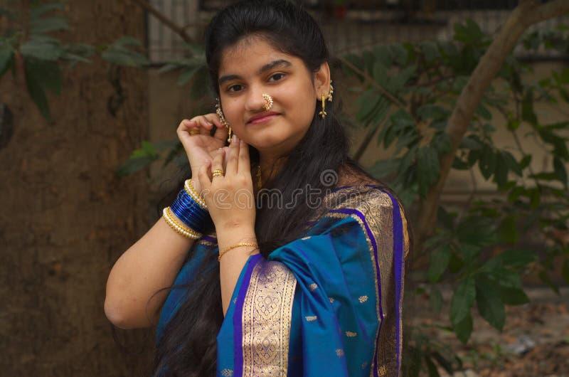 Muchacha maharashtrian tradicional con un Saree-1 fotos de archivo libres de regalías