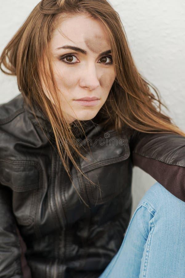Muchacha malvada con el pelo largo en la chaqueta de cuero imagen de archivo