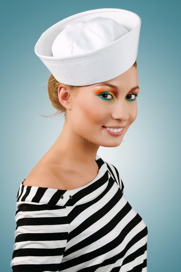 Muchacha-marinero joven sonriente que sorprende imagen de archivo