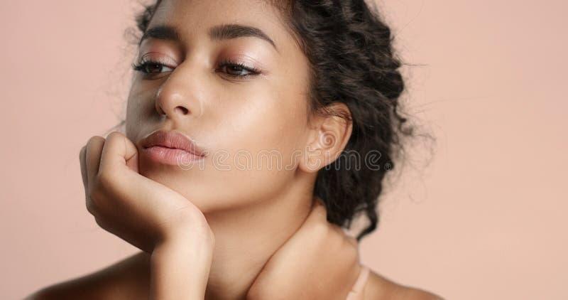 Muchacha marroquí hermosa con vídeo perfecto de la piel imagen de archivo libre de regalías