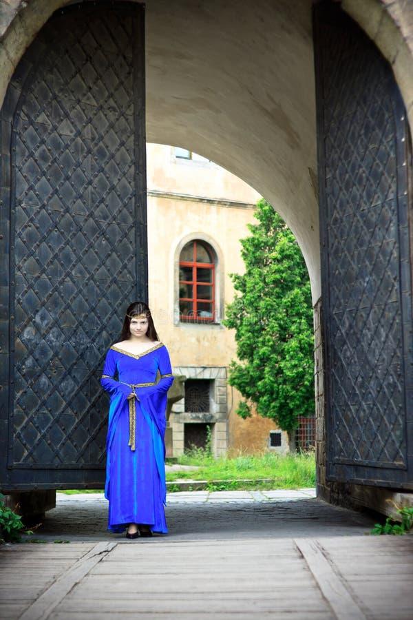 Muchacha medieval en la calle de la ciudad vieja foto de archivo